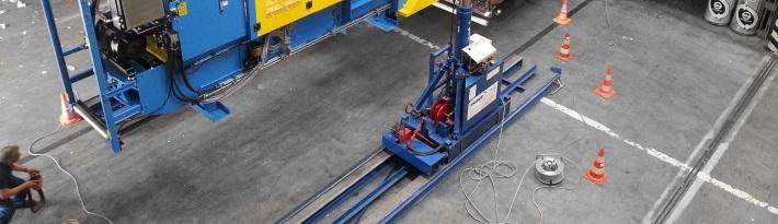 Maschine verschieben - Direkt in der Produktionshalle vom LKW abladen oder diesen Beladen.